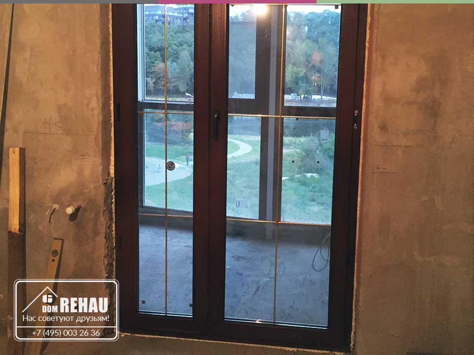 Остекление балкона с прозрачной дверью